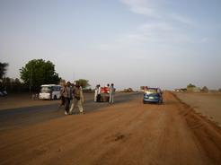 13may2010 カルツームへの道 途中の休憩ポイント