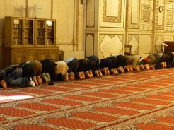 9jun2010 モスクの壁に向かって祈る人たち