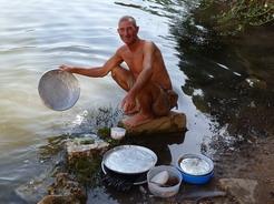 15jun2010 川で皿を洗うおッちゃん