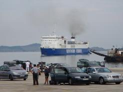 3jul2010 ようやくイグメニッツァ港に入港してきたバーリ行きのフェリー
