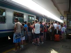 4jul2010 リミニ駅 列車に群がるビーチ帰りの人たち