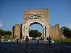 5jul2010 リミニ旧市街に残る城門