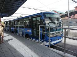 27jul2010 キトの連結バス