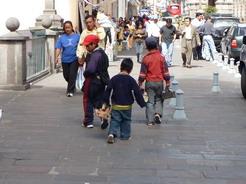 28jul2010 靴磨きの少年たち 独立記念広場にて