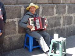28jul2010 アコーディオンを弾くおっちゃん カテドラルの前にて