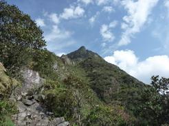 24sep2010 下から見上げるマチュピチュ山