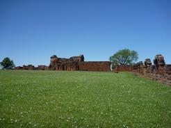 26oct2010 白い花咲く緑の草原の中に赤レンガの遺跡が佇む