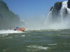 28oct2010 滝壺に向かうスピードボート