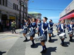 13nov2010 町中をパレードする鼓笛隊
