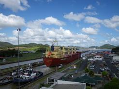 19feb2011 目の前を巨大船が通過してゆく