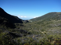 5mar2011 頂上からの下山途中、小屋方面を見下ろす