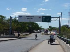 17mar2011 ホンジュラス-ニカラグア国境の橋には日の丸が