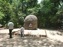 26apr2011 公園内のトレールに沿ってたくさんの石像がある