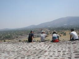 20may2011 太陽のピラミッドの上で語らい