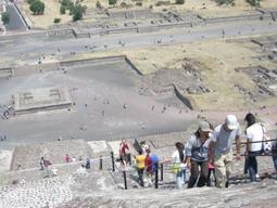20may2011 太陽のピラミッドに上る
