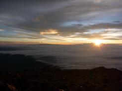 7jun2011 登頂後すぐに日が昇った