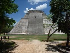 15jun2011 入口を抜けると目の前に魔法使いのピラミッドがドーンと広がる