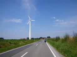 12jul2011 風力発電の風車が至るところにある