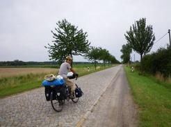 21jul2011 エルベ川に続く長い石畳の道