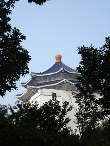 見上げると青屋根