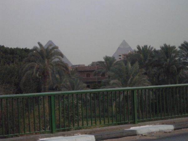道からピラミッド