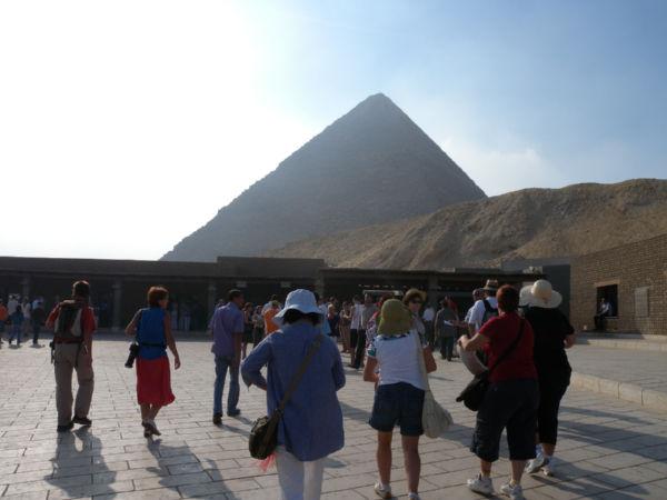 ピラミッド前