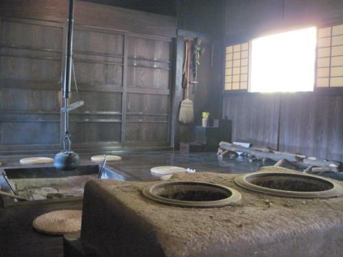 囲炉裏に火がおこしてありました