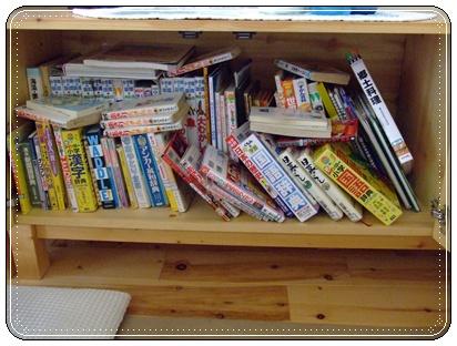 なんて散らかった本棚!