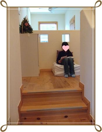 2階ホールのソファに