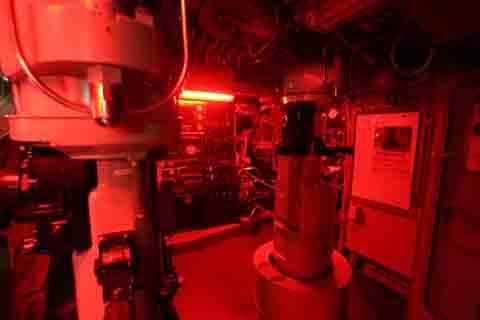 潜水艦指令室(赤色灯使用時)