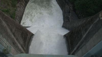 放水される水