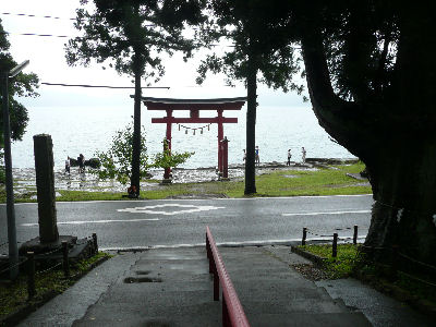 御座石神社の鳥居と十和田湖