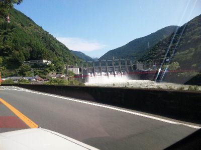 ダム、放水中