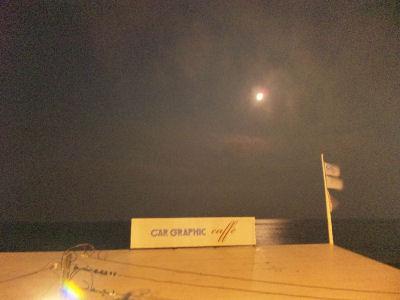 由比ガ浜と月とCGカフェ