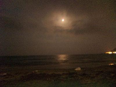 夜の由比ガ浜と月