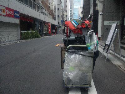 京橋の路上にて