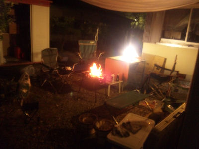 焚火を囲んでBBQ