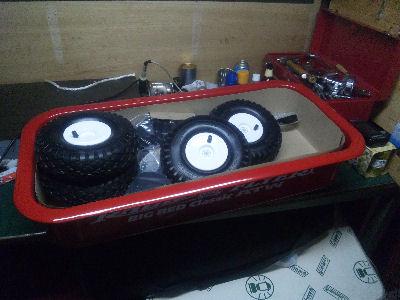箱から出した赤いワゴンの中身。ラジオフライヤー
