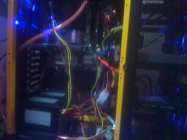 HDDの下に模擬水冷装置(自作です、毎週ボンベを交換してCPUが発熱しているときなどにだけボンベから窒素を噴出します)を設置。写真では見えないですごめんなさい