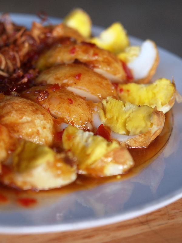 揚げ卵のタマリンドソースがけ