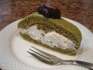 苺入り緑茶のロールケーキ