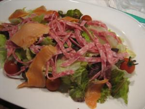 サラミ・サーモン・レタス・ミニトマトのサラダ