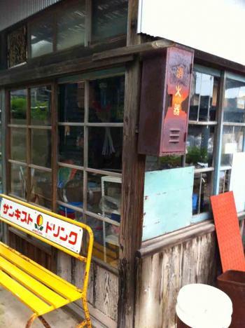 佐久島 雑貨屋前のベンチ