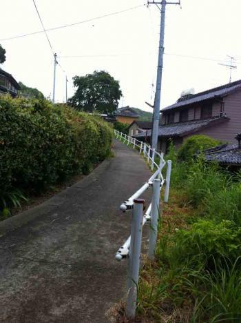 佐久島 小雨の中の坂道