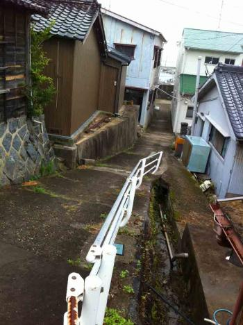 佐久島 小雨の中の坂道2