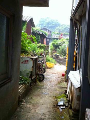 佐久島 小雨の中の路地