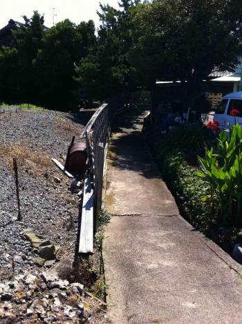 佐久島 海岸沿いの小さな路地坂