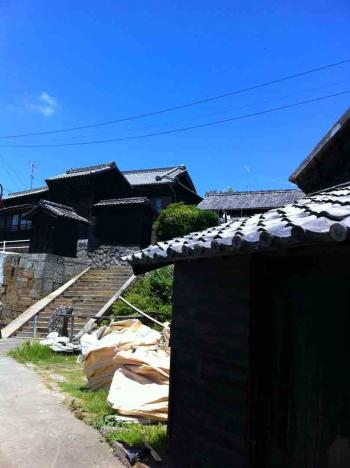 佐久島 西港付近の黒い家屋