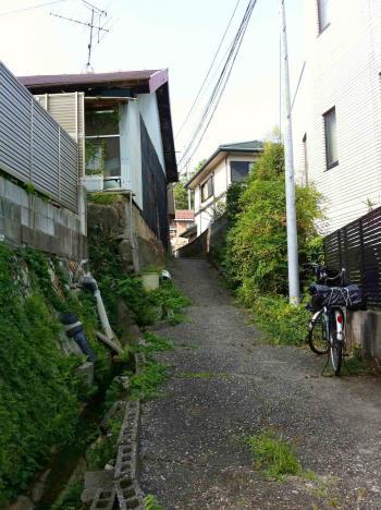 瀬戸 住宅脇の坂道