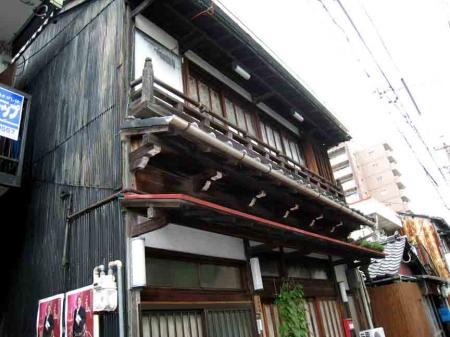 2階が出っ張った古い家